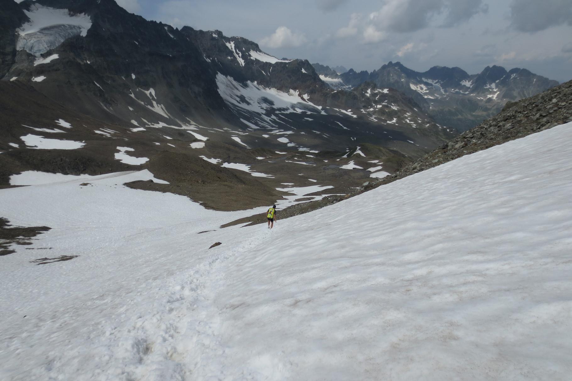 Über Schneefelder geht's steil hinunter ins Jamtal