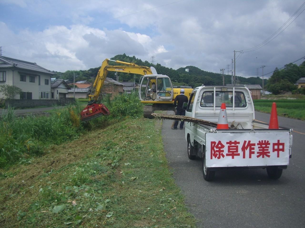 新田地区の土手を草刈り