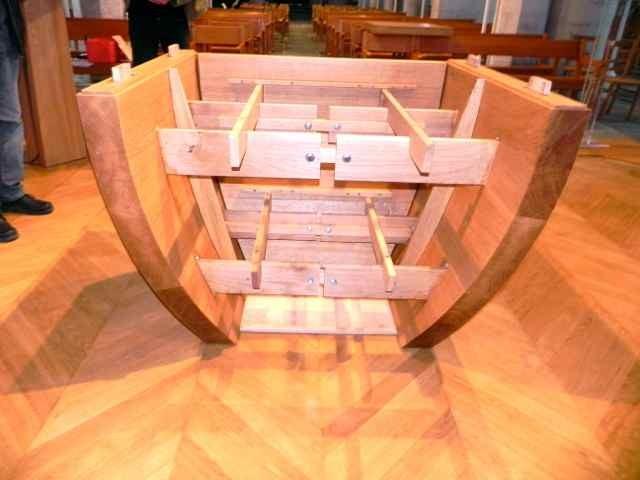 Le montage de l'autel à l'église de Plougasnou (4/10)