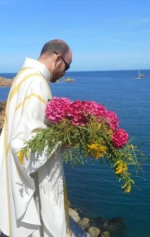 8-Puis P. Daniel  jette à la mer la gerbe traditionnelle en mémoire des péris en mer