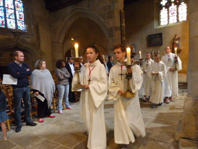 Procession d'offrandes, avec Camille qui porte le pain qui deviendra son corps.