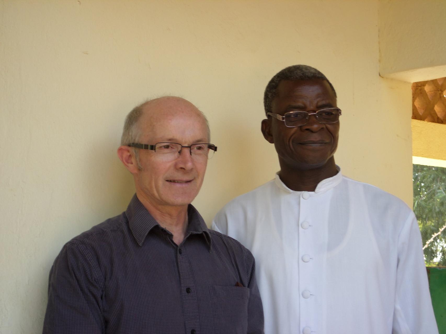 P. Yves LAURENT en compagnie de P. Blaise BAKOUAN, curé