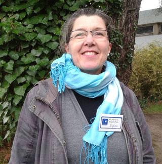 Sylvie, avec son badge devant les bâtiments de l'hôpital de Morlaix