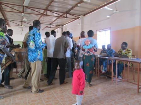 Accueil en musique et chants pour notre première rencontre avec l'équipe pastorale de Réo et le comité d'organisation de la rencontre. Des jeunes de la chorale sont venus en nombre. (2)