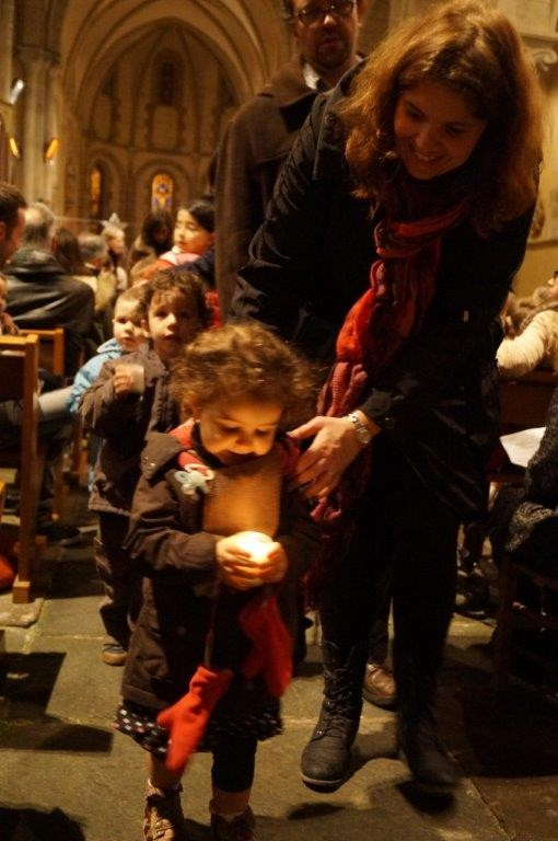 Que c'est beau de voir se refléter la lumière de Noël sur un visage d'enfant !