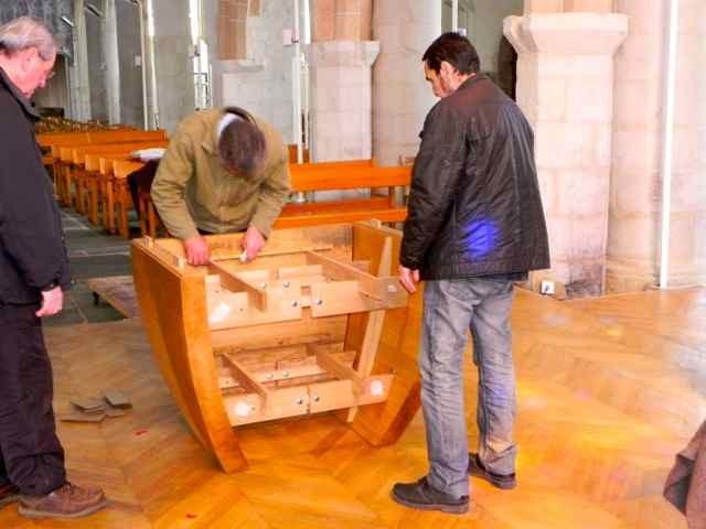 Le montage de l'autel à l'église de Plougasnou (2/10)