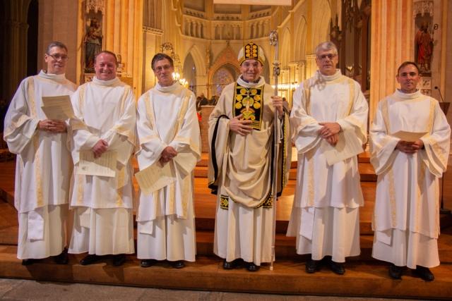 L'évêque et les 5 diacres ordonnés ce 18/11/2018. Philippe Chaperon est en 3ème place en partant de la gauche.