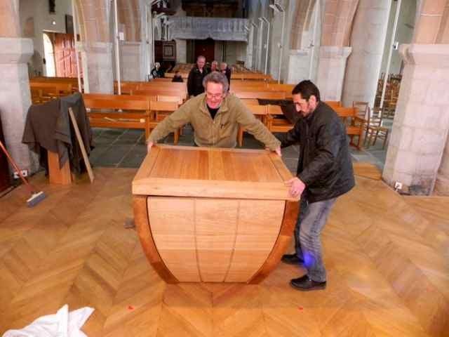 Le montage de l'autel à l'église de Plougasnou (7/10)