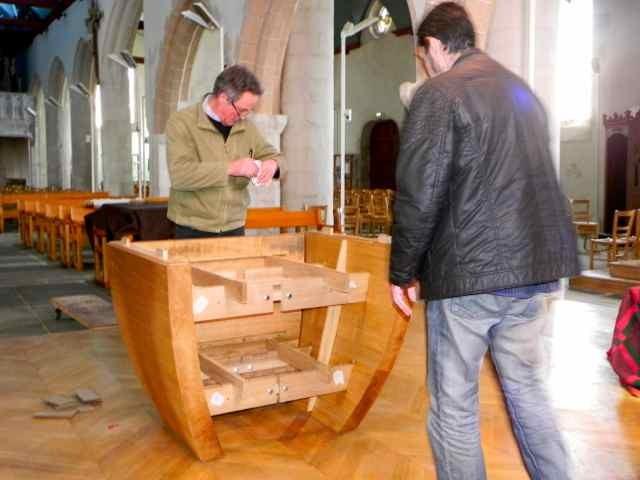 Le montage de l'autel à l'église de Plougasnou (1/10)