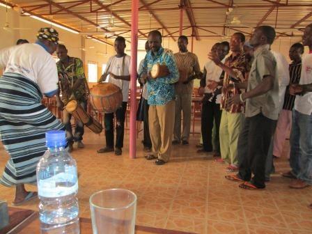 Accueil en musique et chants pour notre première rencontre avec l'équipe pastorale de Réo et le comité d'organisation de la rencontre. Des jeunes de la chorale sont venus en nombre. (1)
