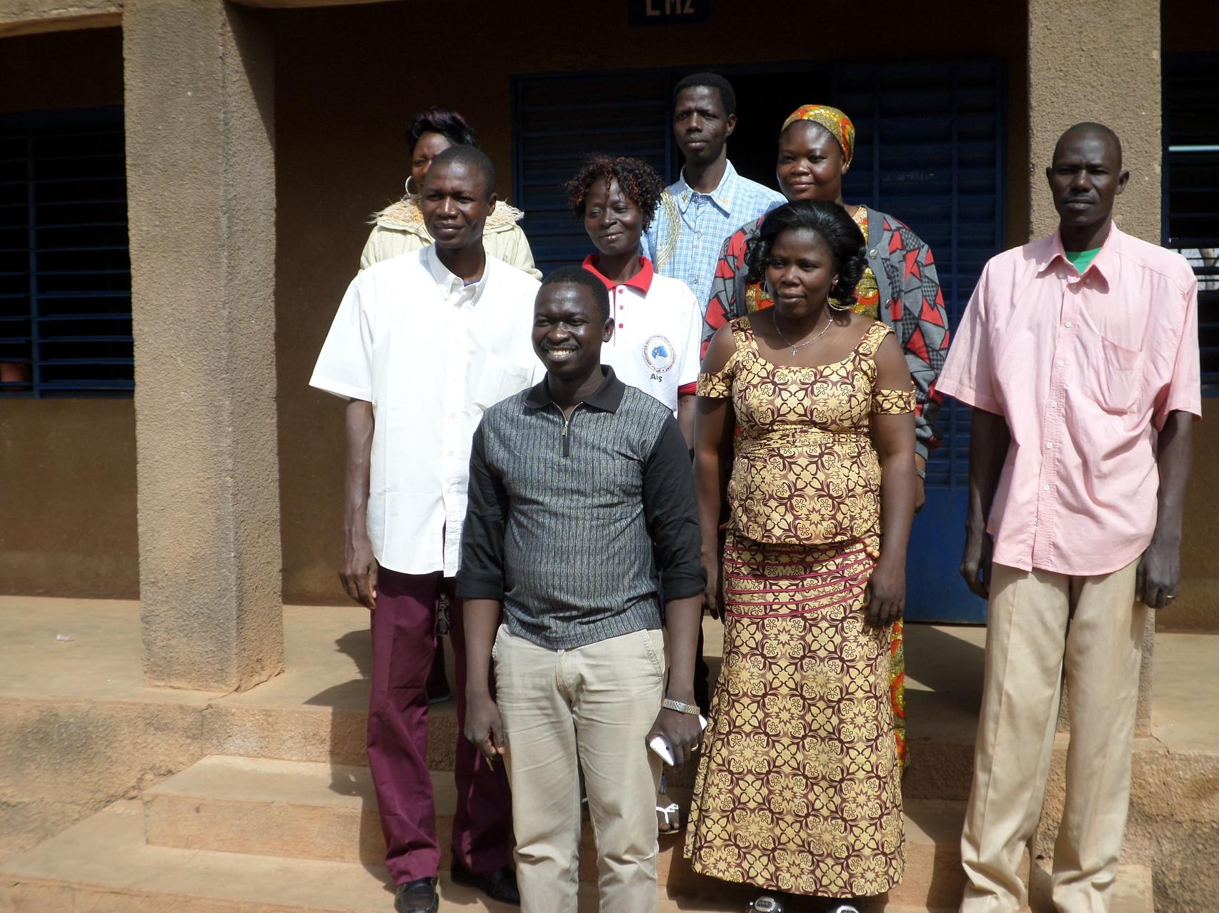 Les enseignants de l'école St Léonard avec l'abbé Michel
