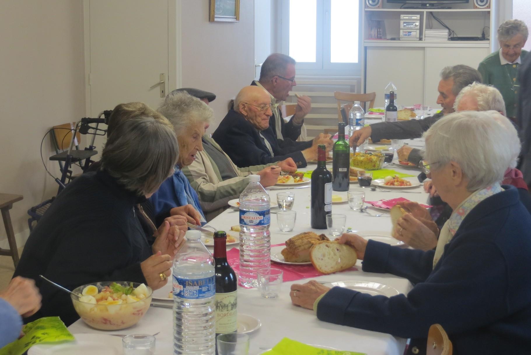 La journée ne s'est pas terminée là … Un «repas partagé», une «première» pour notre ensemble, a rassemblé une vingtaine de personnes autour de René GAUTHIER, enchanté