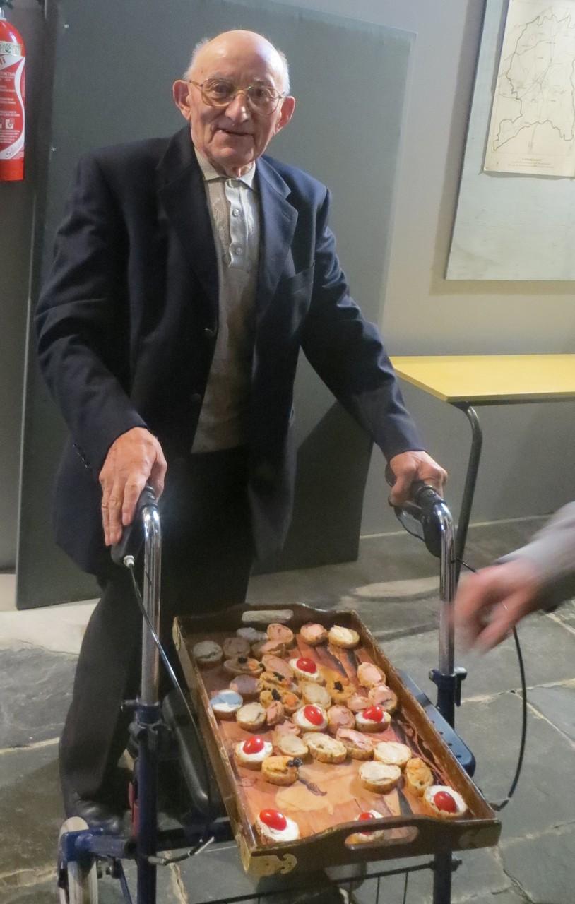 Francis MINGAM, sacristain «en retraite», a su tirer parti de son déambulateur pour assurer le transport du repas