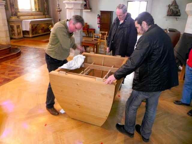 Le montage de l'autel à l'église de Plougasnou (5/10)