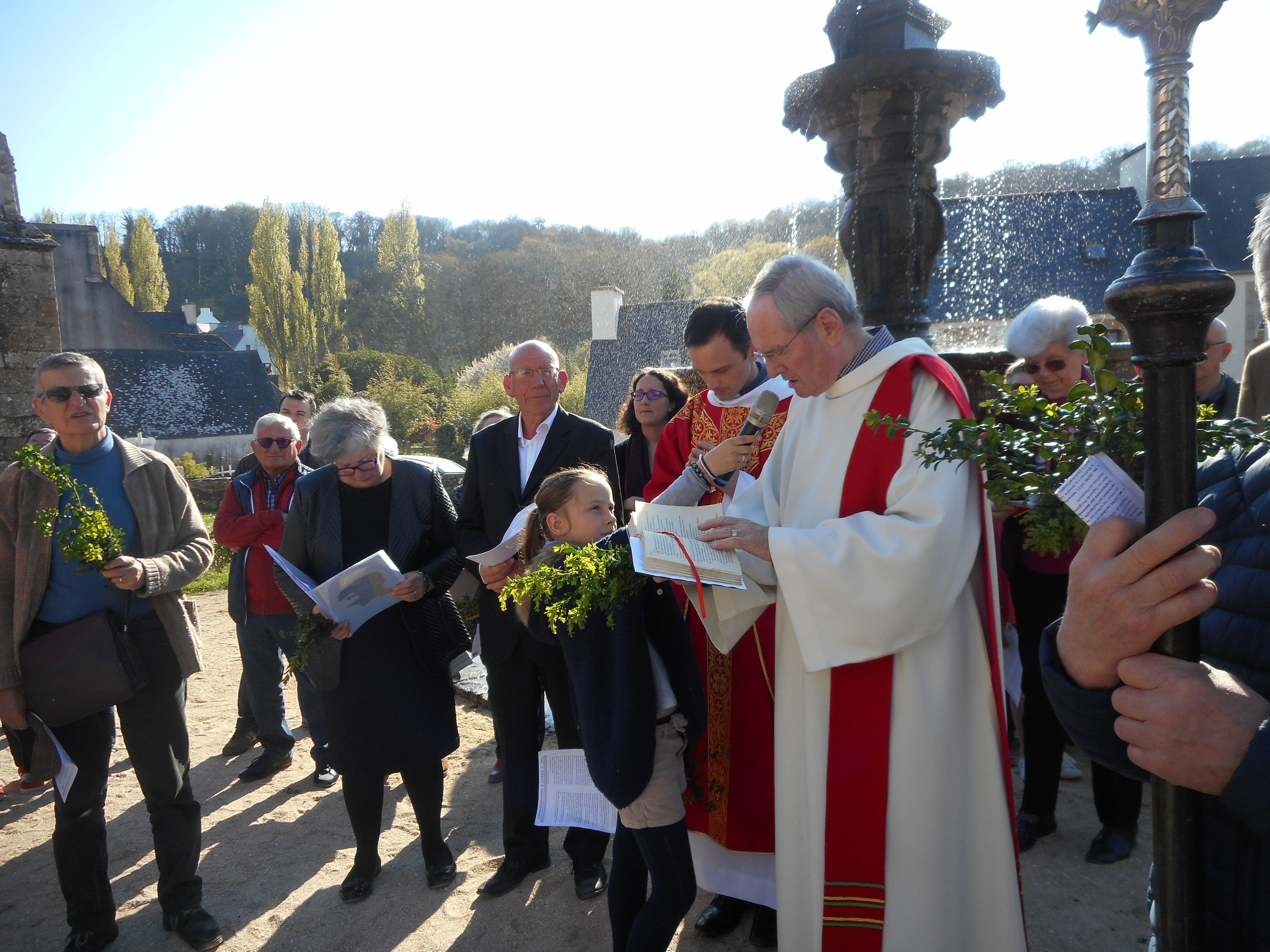 2-La bénédiction des rameaux autour de la fontaine