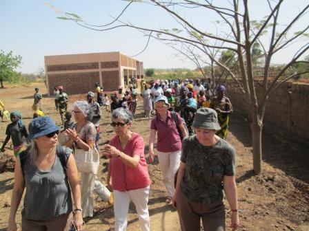 Nous quittons la CCB de Ekoulkoala  accompagnés jusque la voiture des chants de la chorale des femmes.