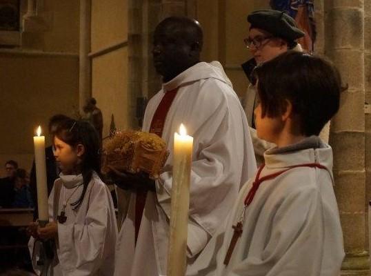 Le célébrant, à l'autel, attend que le flot des enfants s'écoule