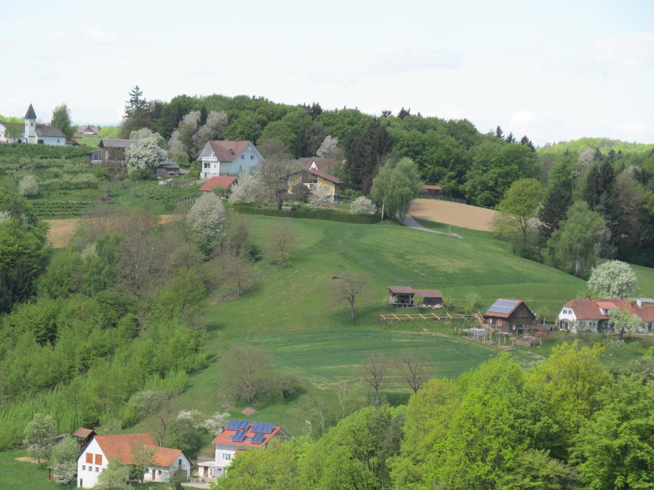"""Blick auf den nächsten Hügel mit der """"Dreifaltigkeitskapelle Trummer"""""""