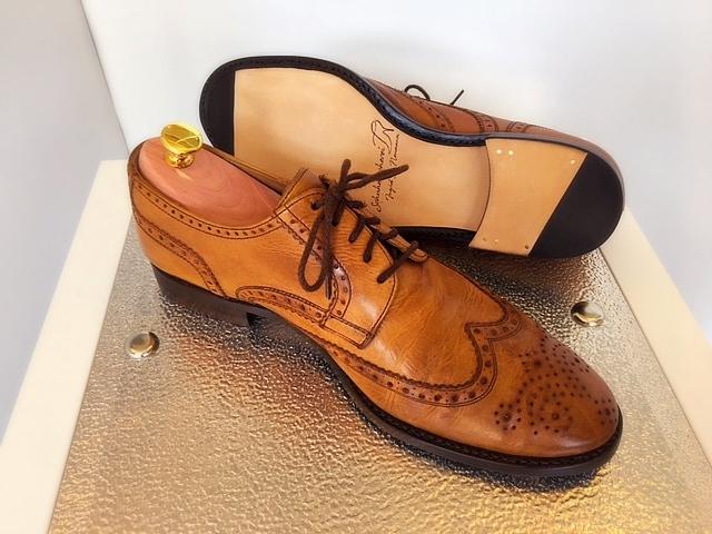 Herren-Schuh aus braunem Leder mit neuem Bodenbau und aufgearbeitetem Obermaterial und Zedernholz-Schuhspanner