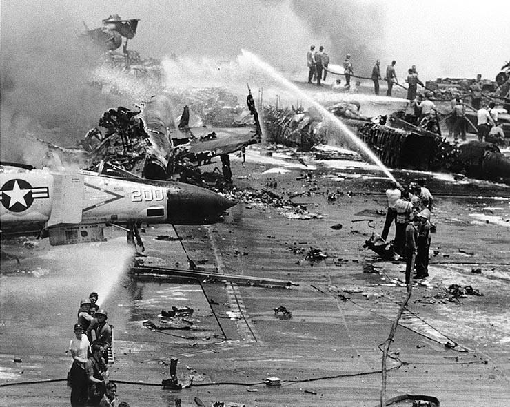 """Abbildung 1:Löscharbeiten auf dem Flugdeck des amerikanischen Flugzeugträgers """"Forrestal""""  (Quelle: Wikipedia)"""