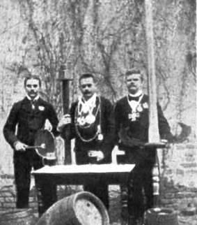 Abbildung 6: Ein frühes Bild vom  Ordensmeister, Kanzler und Zeremon, insgesamt als Ordenskapitel bezeichnet (Quelle Latte)
