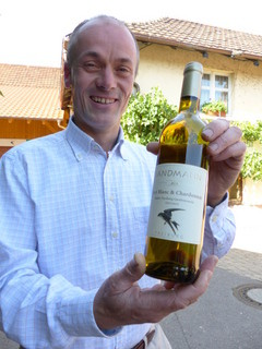 Biowein mit Mehlschwalbenetikett; Foto: A. Braun
