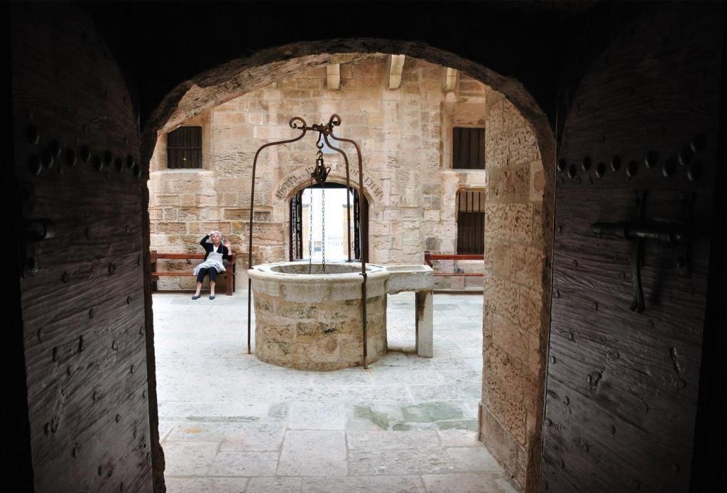 Внутренний дворик с колодцем в замке Иф
