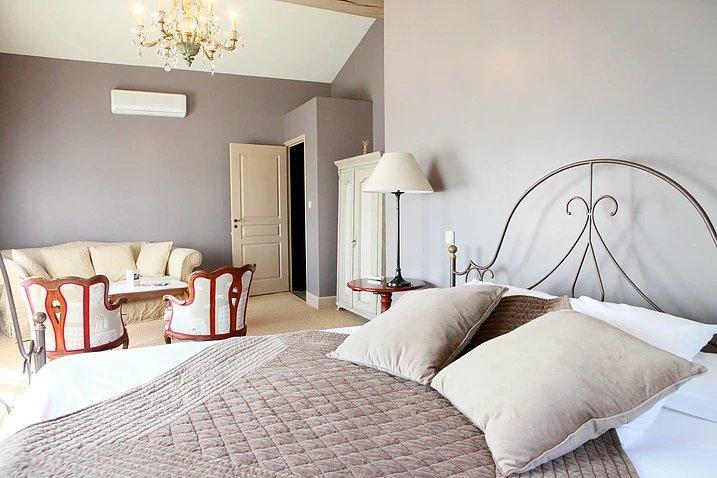 комфортабельная двуспальная кровать