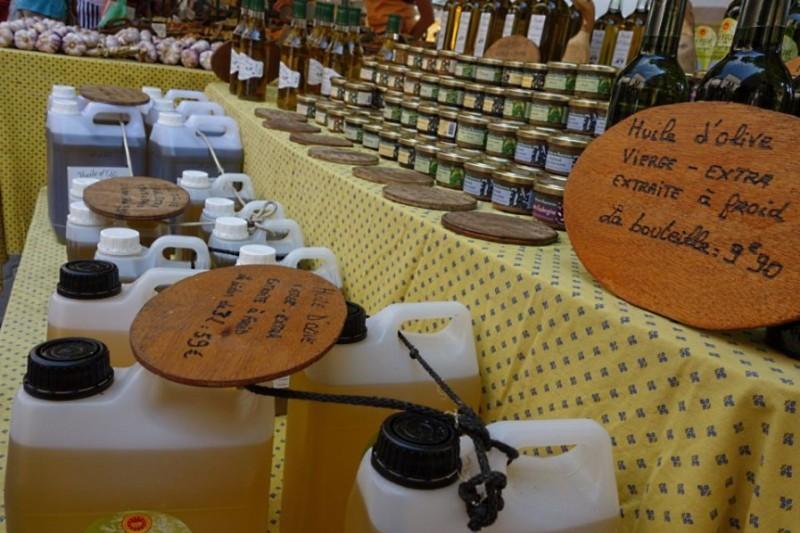 Паштеты и оливковое масло на провансальском рынке