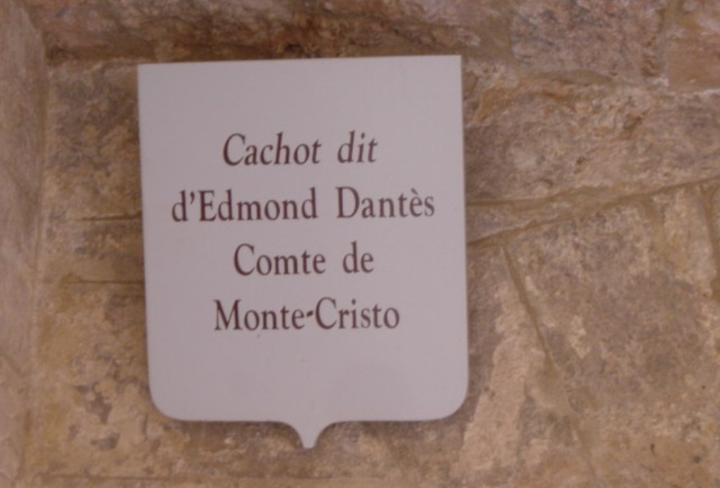 Набличка над камерой Эдмона Дантеса