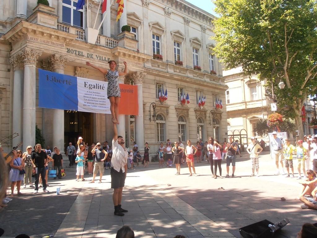 Акробатическое выступление на Часовой площади напротив мэрии