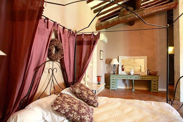 большая двуспальная кровать с балдахином