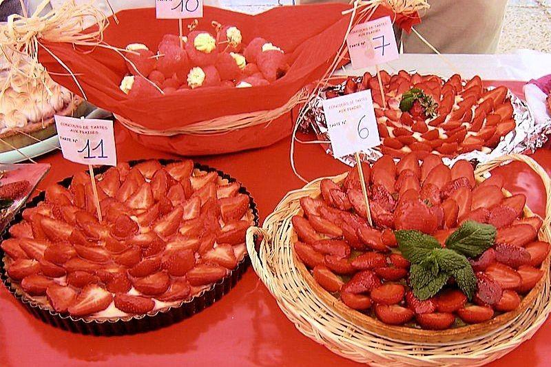 Кондитерские изделия на празднике клубники