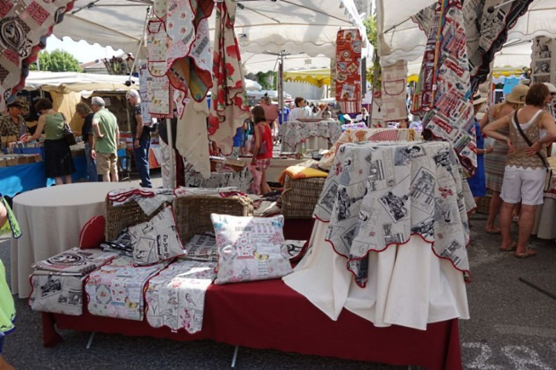 Текстильные изделия на рынке Сен-Реми-де-Прованс