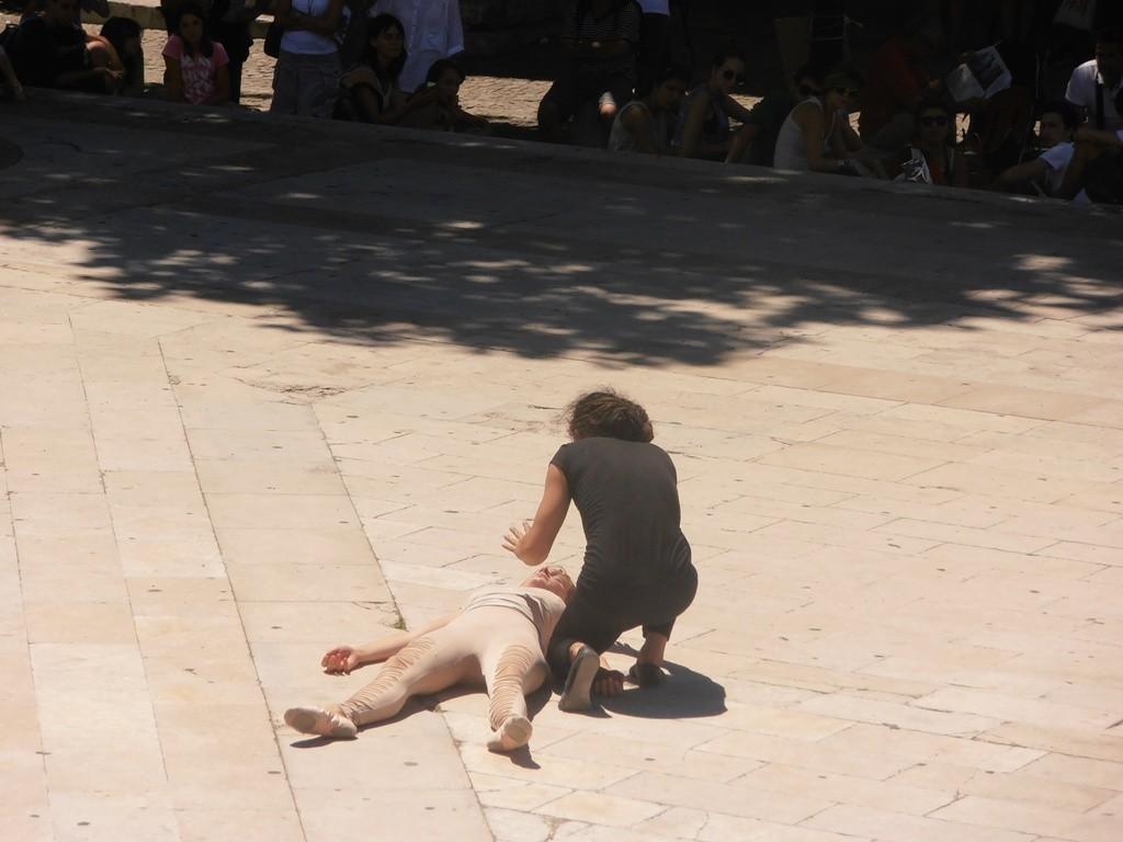 Выступление двух молодых актеров на площади Папского Дворца