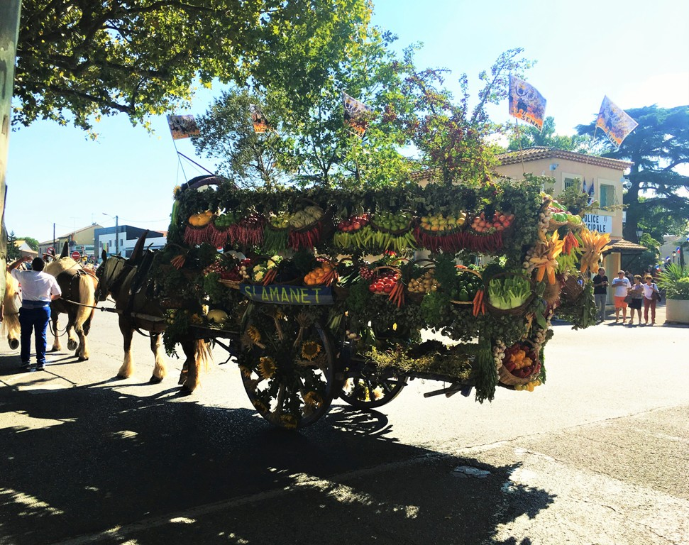 Виновница торжества - повозка с дарами Прованса