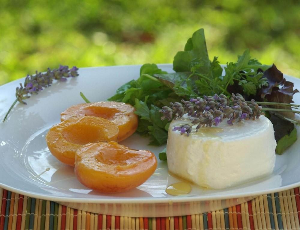 Абрикосы и козий сыр с лавандовым мёдом