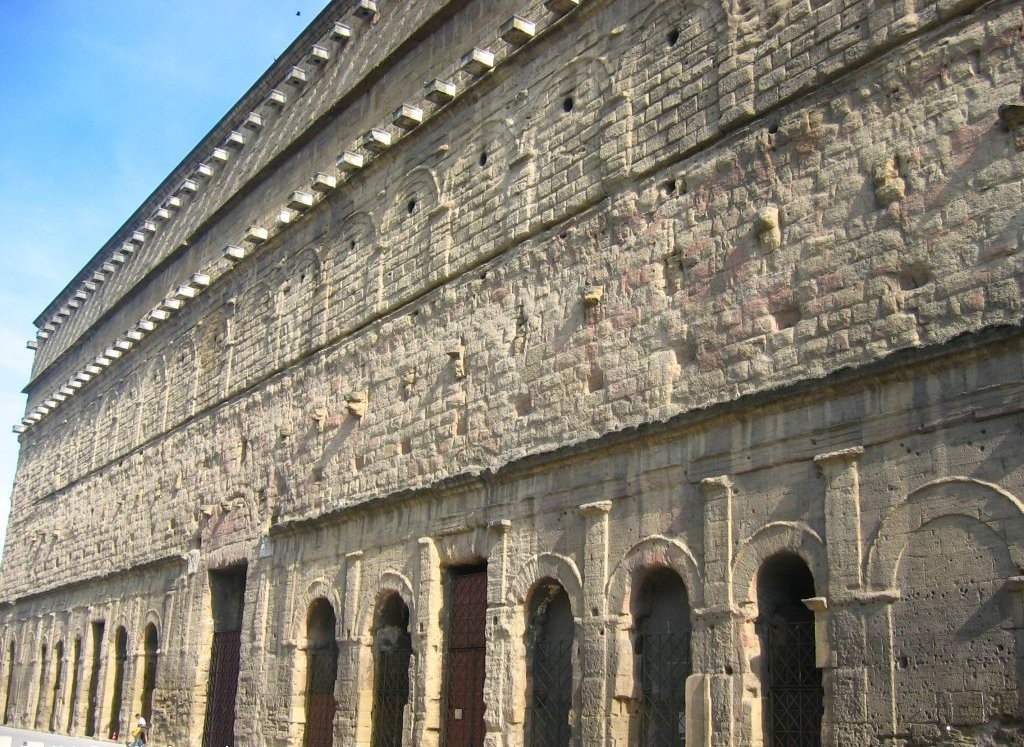Стена античного театра Оранжа