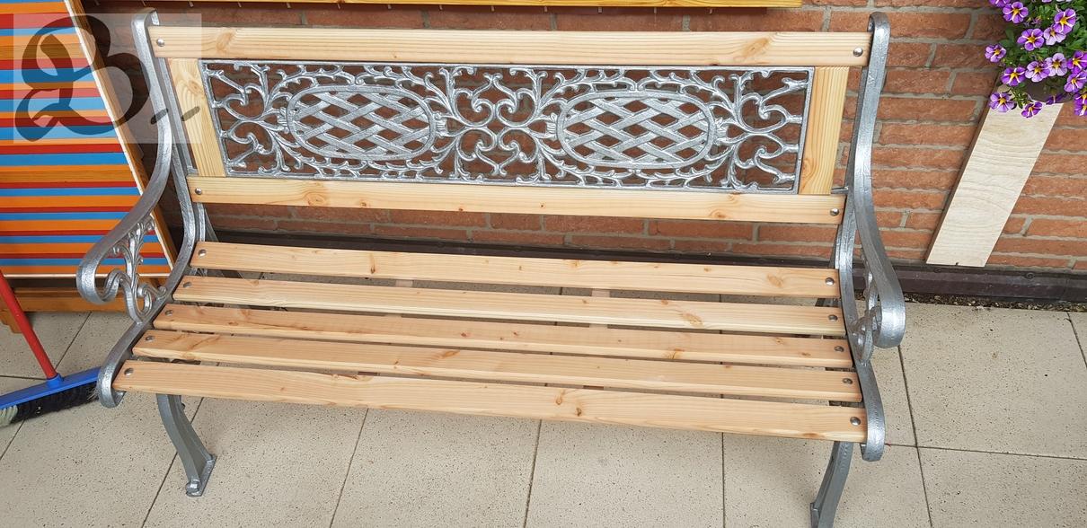 Holzwerk Peter Stoiber - Holzarbeiten - Frontansicht der Gartenbank