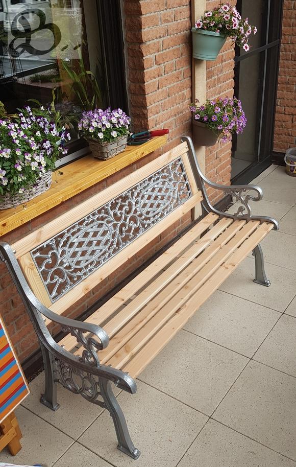 Holzwerk Peter Stoiber - Holzarbeiten - Seitenansicht der Gartenbank