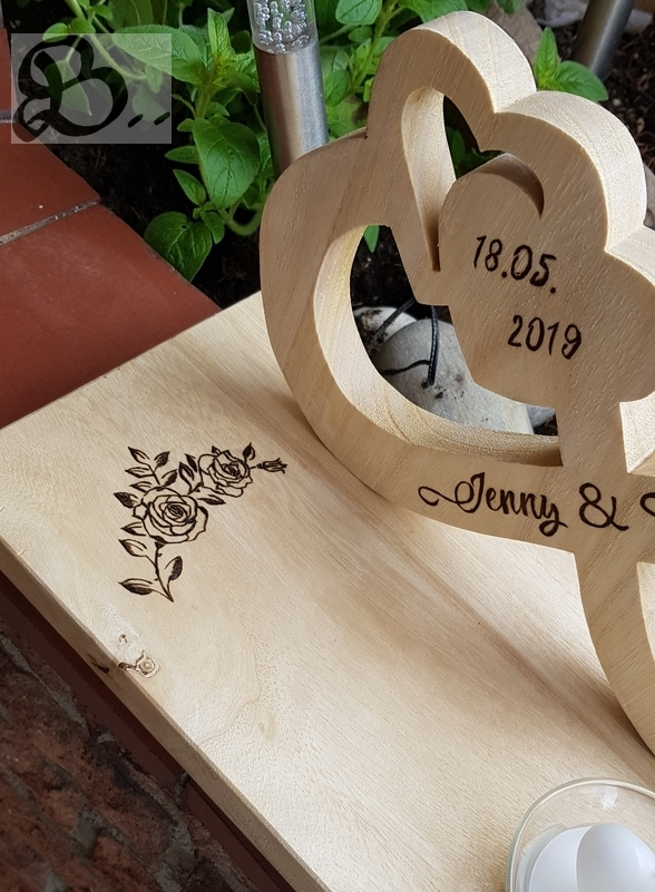 Holzwerk Peter Stoiber - Holzarbeiten - Zwei Herzen mit Hochzeitsdatum als Brandbild