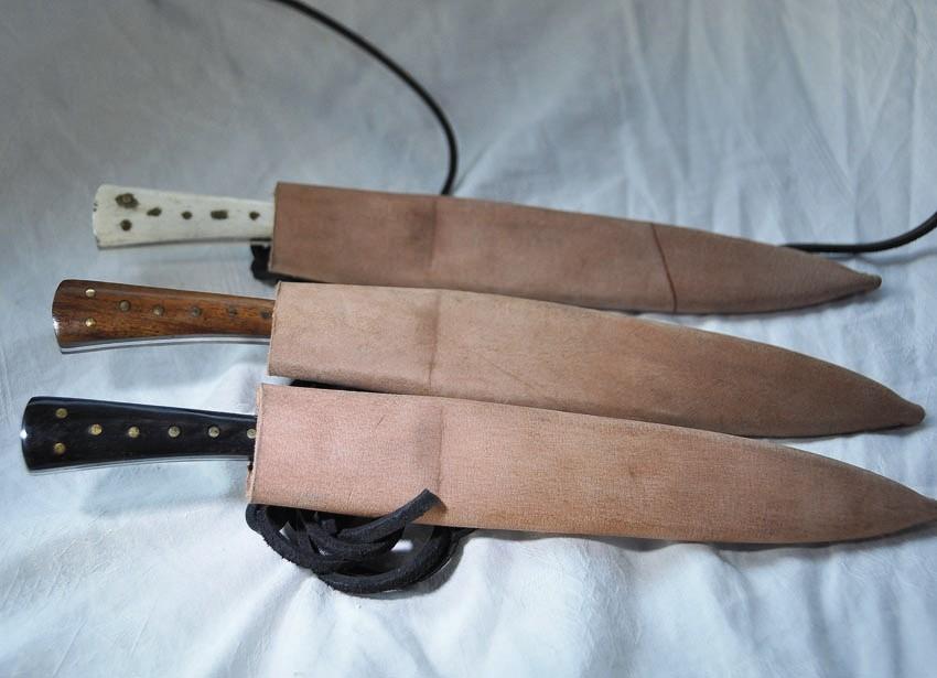 Couteau à manche en bois, corne ou en os; fourni avec fourreau en cuir - Longueur 24 cm Réf.:ReeN. No.: 1683  Prix:  45 €