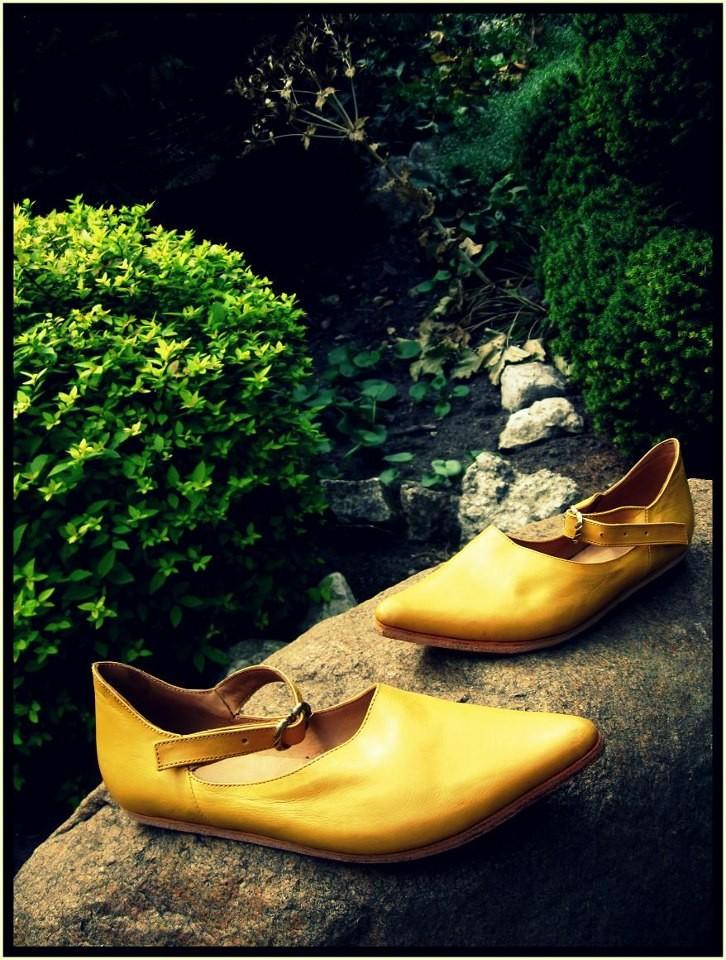 Chaussures mixtes XIIème - XVème  Référence 1 J : Prix: 145 €