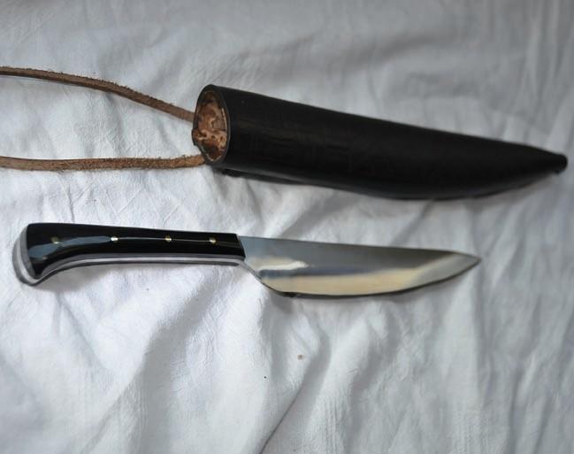 Couteau manche en corne noire avec fourreau en cuir repoussé longueur 23 cm Réf.: Reen. No.: 1214  Prix: 50 euros