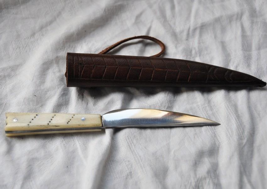 Couteau en os avec fourreau en cuir repoussé Réf: Ree. No.: 1213 Prix: 50 €