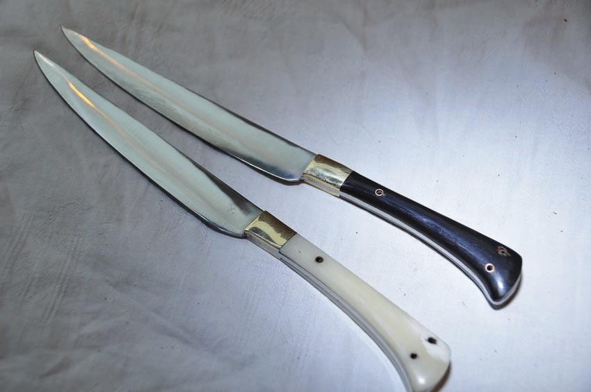Couteau en os ou en corne avec fourreau en cuir longueur 24 cm Art.No.: VM000015 . Prix: 38 €