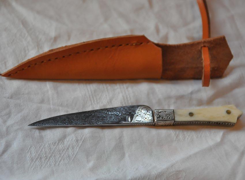 Couteau avec lame damassée, poignée en os et fourreau en cuir référence d'achat Art.No.: VM000498 Prix : 99 euros