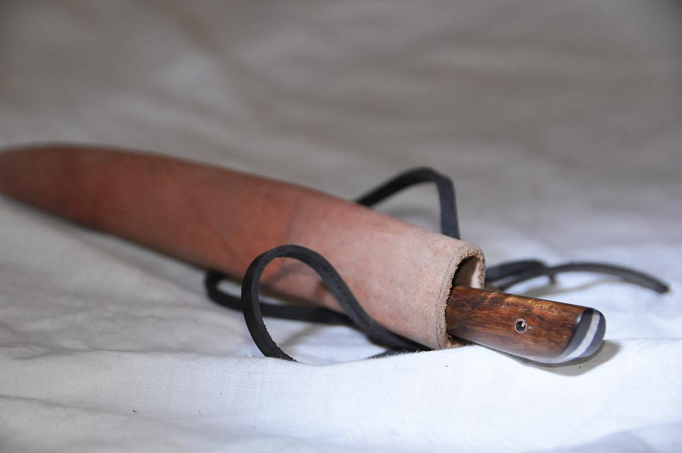 Couteau en os ou en corne ou en bois avec fourreau en cuir longueur 24 cm Art.No.: VM000016 . Prix: 45 €