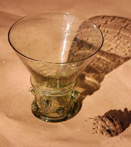 Petit verre XIII-XVème capacité 280 ml - haut. 10.5 cm - poids 500 gr. code EoR0616. Prix: 19 euros