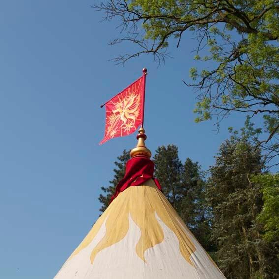 boule faîtière de la tente complètement peinte et décorée